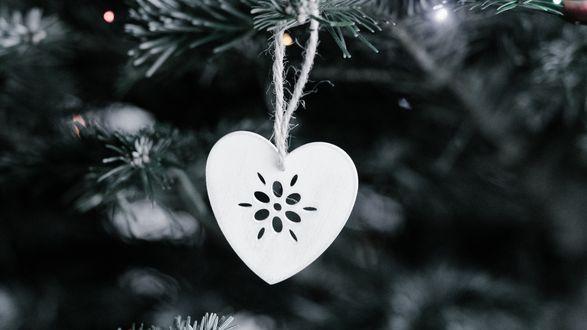Обои Елочная игрушка в виде сердечка на елке