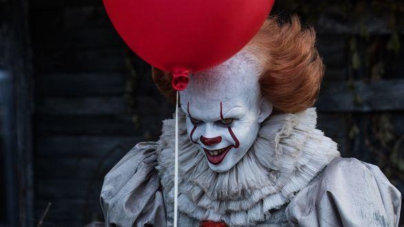 Обои Клоун Пеннивайз / Pennywise с красным шариком из фильма ужасов Оно / It, 2017