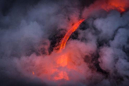 Обои Огненная лава в облаках, фотограф Mital Patel
