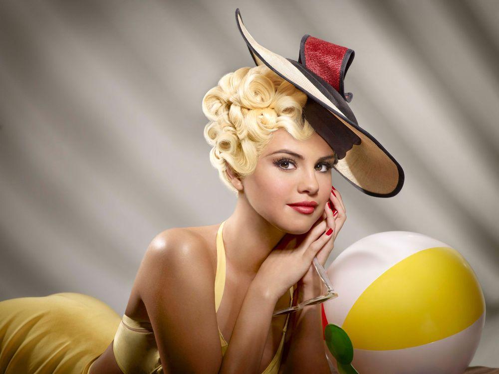 Обои для рабочего стола Селена Мари Гомес / Selena Marie Gomez американская актриса кино, телевидения и озвучивания, певица, композитор, автор песен позирует в стиле pin-up