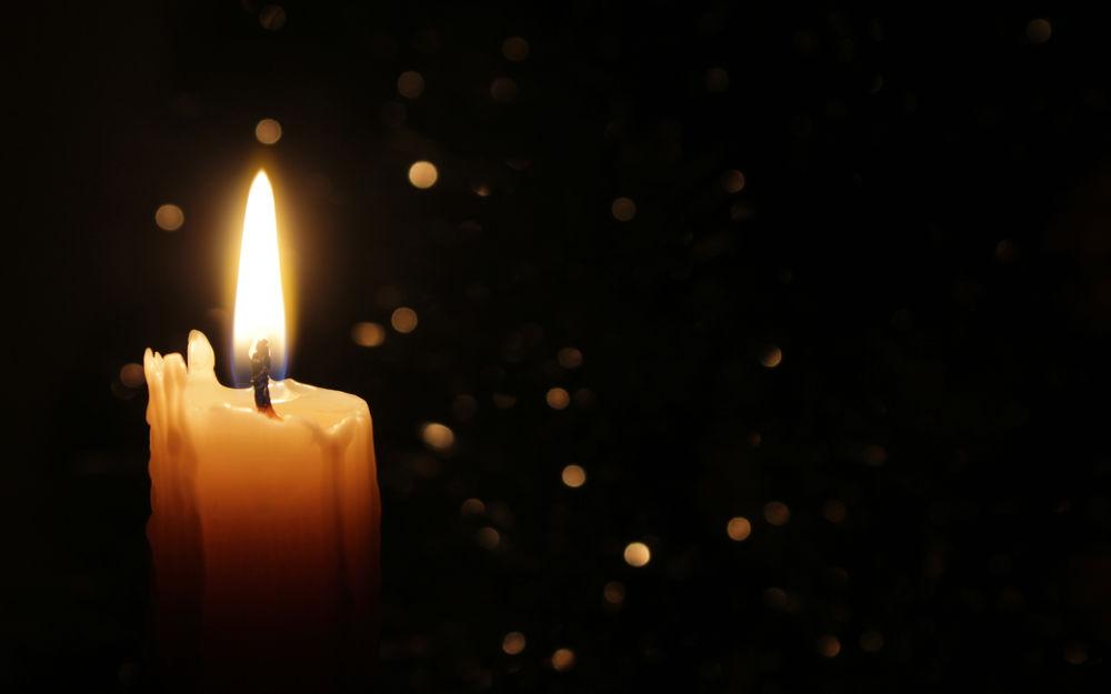 Картинка горящая свеча в темноте горит