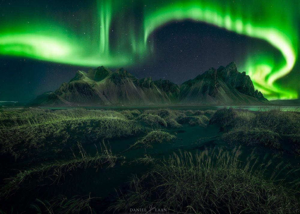Обои для рабочего стола Кружащееся полярное сияние над культовой горой Vestrahorn, Iceland / Вестрахорн в Исландии, фотограф Daniel Laan