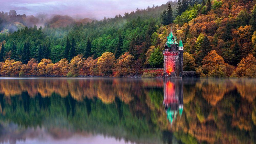 Обои для рабочего стола Небольшой замок на берегу озера Vyrnwy in Powys, Wales / Вирнви в Повисе, Уэльс