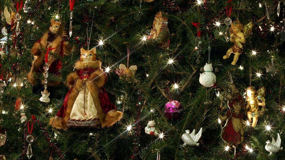 Обои для рабочего стола Игрушечные кошки, ангелы, птички и другие фигурки на новогодней елке