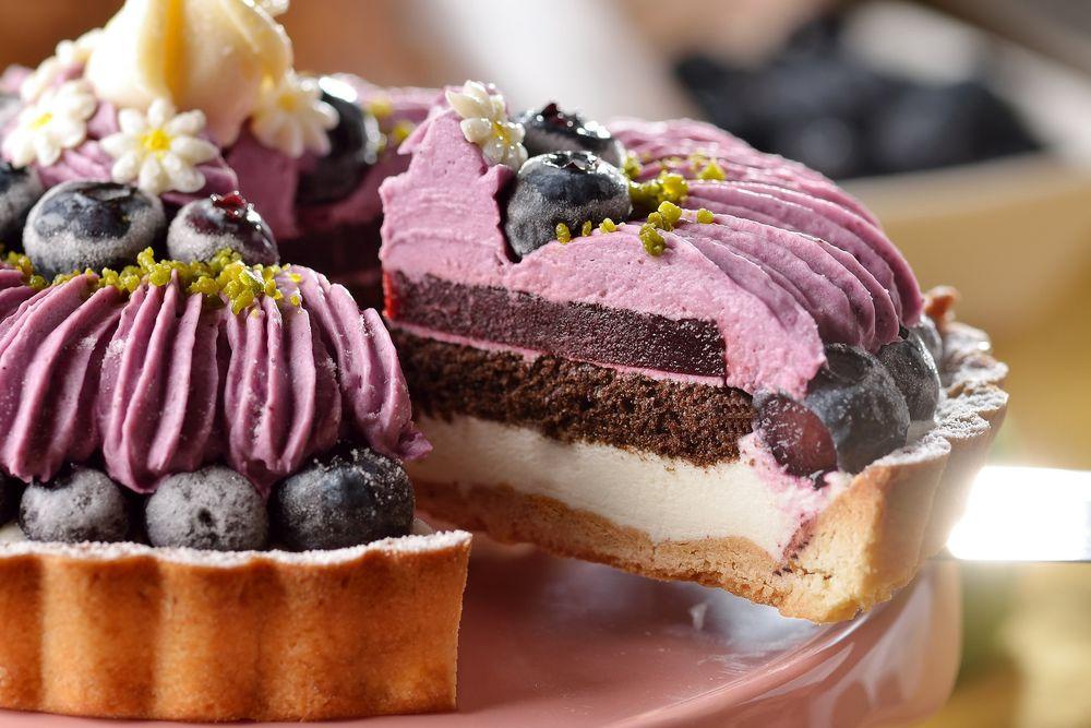 Обои для рабочего стола Аппетитный разрезанный черничный пирог со свежими ягодами и кремом
