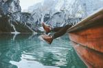 Обои Девушка из лодки свесила ножки над водой, фотограф Jason Charles Hill