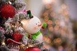 Обои Ёлочная игрушка - снеговичок висит на нарядной новогодней елке