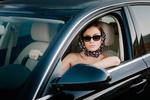 Обои Девушка в солнцезащитных очках и платком на голове, сидит за рулем автомобиля, фотограф Maximus