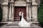 Обои Жених и невеста, стоящие у входа в храм