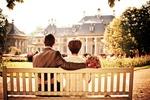 Обои Пара влюбленных на скамейке дворцового парка