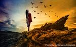 Обои Девушка в руках со скрипкой, запрокинув голову назад стоит на скале, на фоне закатного неба, облаков и летящих птиц, фотоманипуляция Маргариты Кобзаревой