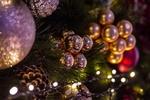 Обои Новогодние шары в еловых ветках