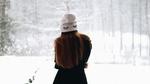 Обои Девушка в белой шапочке с вышитыми ресницами стоит к нам спиной