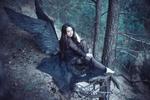 Обои Девушка с крыльями черного ангела сидит на краю обрыва, положив ноги на ветки дерева, фотограф Анатолий Лиясов