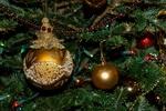 Обои Новогодние игрушки на украшенной елке, крупный план, by Red Dragonfly / Jessica