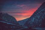 Обои Авто на дороге между гор на закате, фотограф Clo Dallas