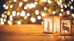 Обои Два фонаря с изображением оленя и елки на фоне золотистых бликов