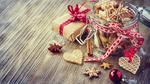 Обои Рождественское печенье с корицей в баночке и подарок на деревянной поверхности