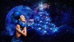 Обои Девушка с голубыми волосами на фоне планеты и новогодней елки