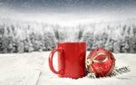 Обои Красная чашка и новогодний шар на фоне зимнего леса