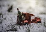 Обои Игрушечная машинка с елкой стоит в снегу
