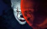 Обои Билл Скарсгорд / Bill Skarsgard в роли Клоуна Пеннивайза / Pennywise с красным шариком из фильма ужасов Оно / It, 2017