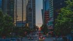 Обои Улицы города, освещенного вечерними огнями