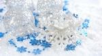 Обои Белые новогодние шарики, цветы и голубые снежинки на белом фоне