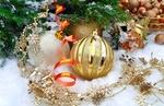 Обои Новогодние шарики и мишура в снегу возле елки. Конфеты в вазе, фотограф Larisa Koshkina