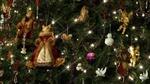 Обои Игрушечные кошки, ангелы, птички и другие фигурки на новогодней елке