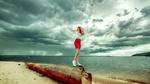 Обои Девушка Надя в красной юбке стоит на фоне моря, фотограф Andrey Metelkov