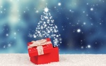 Обои Коробка с подарками и елка на снегу