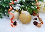 Обои Новогодние шары и серпантин в снегу возле елки, фотограф Larisa Koshkina