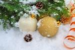 Обои Новогодние шары, серпантин и шишки в снегу возле елки, фотограф Larisa Koshkina