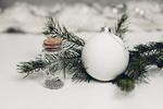 Обои Новогодний шар, пузырек и веточки елки на снегу