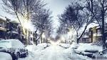 Обои Улица города с запорошенными машинами и золотой подсветкой
