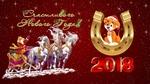 Обои Собачка в новогодней шапке облокотилась на подкову и Дед Мороз с подарками, в санях, на тройке лошадей (Счастливого Нового Года! 2018)