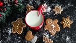 Обои Молоко в кружке с леденцом, печенье посыпанные сахарной пудрой на столе