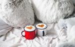 Обои Лапки медвежонка возле чашек с кофе