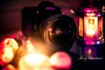 Обои В объективе фотоаппарата отражается елка и горящие свечи, рядом фонарь, (Merry Christmas! / Счастливого Рождества!), by Croosterpix