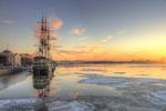 Обои Парусник на зимней утренней Неве, Санкт-Петербург, фотограф Эдуард Гордеев