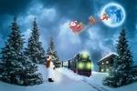 Обои На маленьком полустанке девочка смотрит на проходящий поезд и мечтает о рождественских подарках, в небе ей грезится оленья упряжка Санта Клауса
