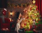 Обои Мама и дочь украшают новогоднюю елку