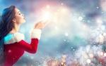 Обои Девушка в новогоднем наряде сдувает с ладошек снег