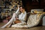 Обои Девушка Лина в свитере сидит у новогодней елки, фотограф Roma Chernotitckiy