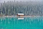 Обои Домик на берегу голубого озера у снежного леса, фотограф Siggy Nowak