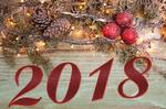 Обои Новогодняя композиция из веток ели, шишек, шаров и светящейся гирлянды на столе, вместе с цифрами 2018