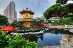 Обои Nan-Lian Garden, золотая пагода у пруда на фоне небоскреба в Hong Kong / Гон-Конг, China / Китай