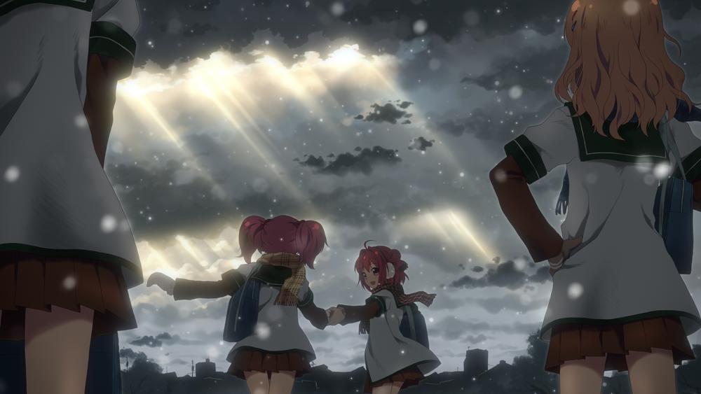 Обои для рабочего стола Девочки из аниме Лилии на ветру / Легкое Юри / Yuru Yuri гуляют под затянутым серыми тучами, сквозь которые пробиваются лучи солнца, небом, в снегопад