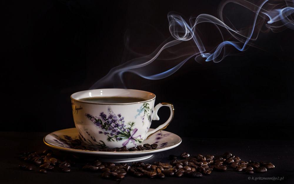 Обои для рабочего стола Чашка кофе на столе, среди кофейных зерен, by Katarzyna Gritzmann
